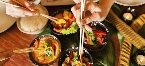 ciotole di ramen e riso su tavolo in legno