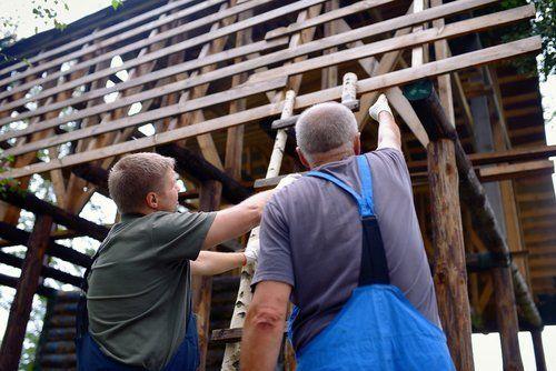 Due operai che lavorano nella costruzione di una casa