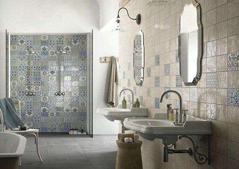 Klassisches Bad mit Fliesen