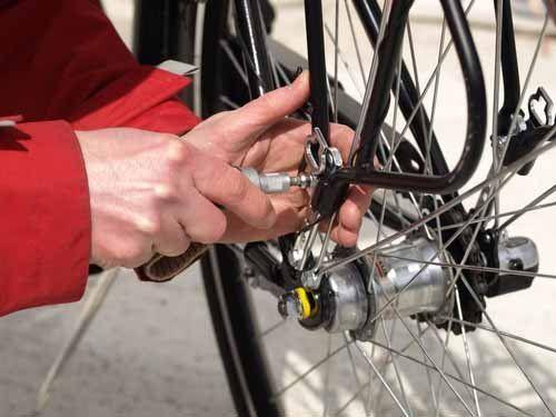 sistemazione cerchio ruota della bicicletta