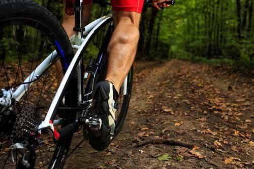 cicilsta pedala su una  mountain bike