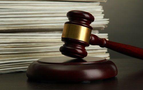 Maza della giustizia accanto documenti