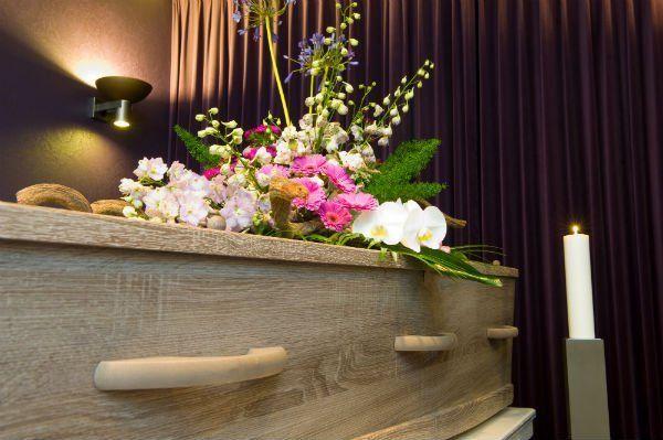 bara con fiori appoggiati