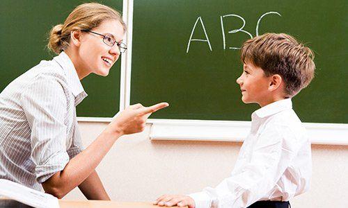 Insegnante che spiega la grammatica di scolari