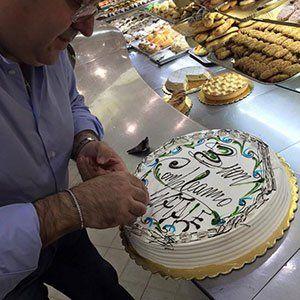 un uomo accanto a una torta
