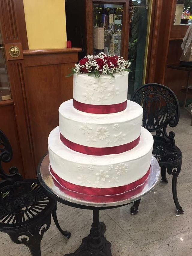 una torta con panna e fragole