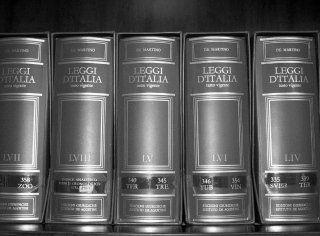Avvocato leggendo,prendendo note e consultando dati