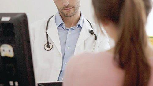 Medico ascoltando una bambina