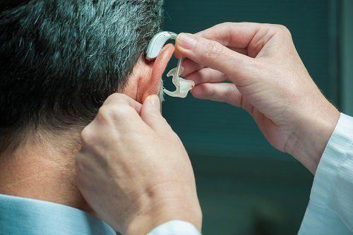 Montaggio di un apparecchio acustico su un paziente