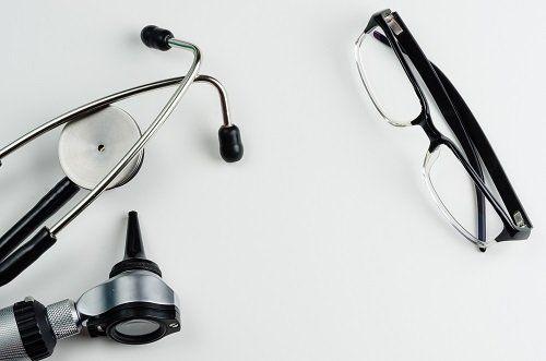 Occhiali e stetoscopio