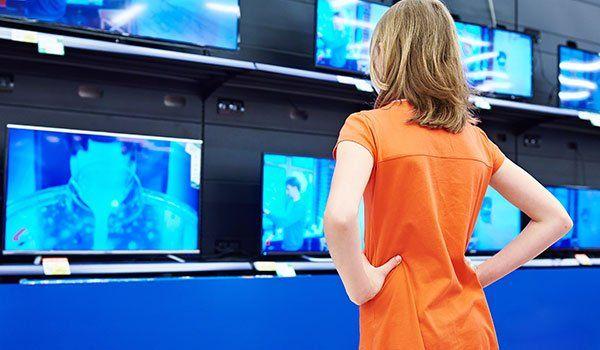 donna, guardando la serie di televisori di Arosio Luce a Lissone