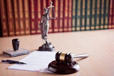 statua della giustizia e martello
