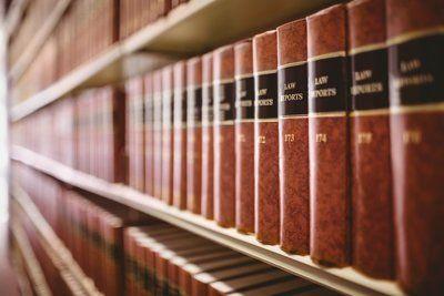 scaffale con libri giuridici