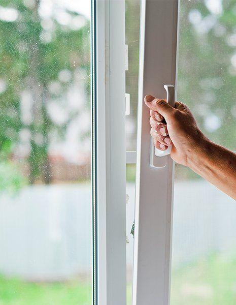 Campione della chiusura di una finestra di PVC basculante