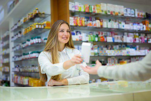 farmacista donna al bancone
