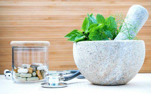farmaci in pillole erbe e uno stetoscopio