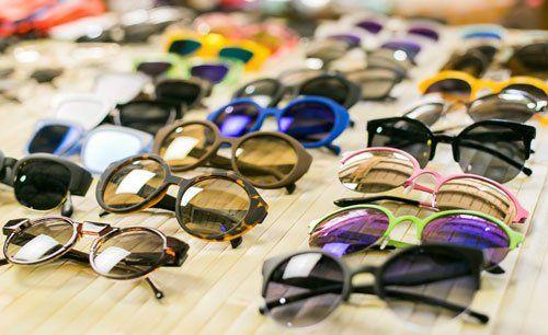 occhiali da sole esposti su un banco