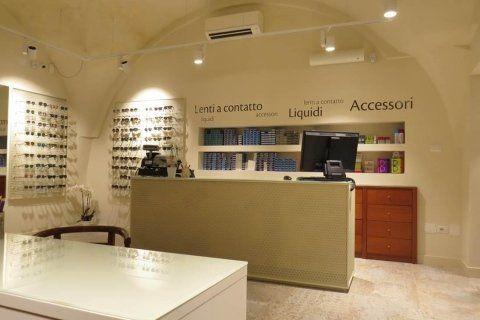 bancone negozio di ottica con accessori