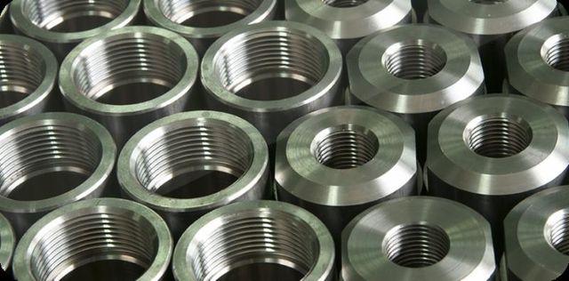 serie di strutture in metallo a forma circolare con filettature interne