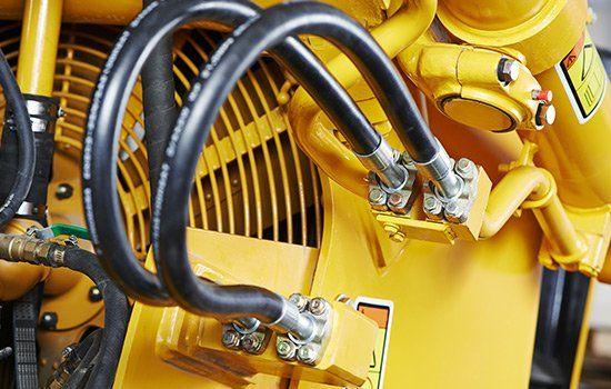 un macchinario di color giallo con dei tubi neri