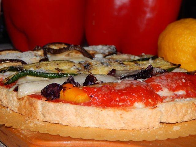 bruschetta con pomodoro cipolla basilico