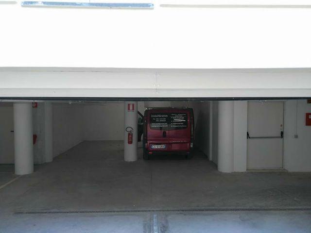 Garage con furgone rosso dentro