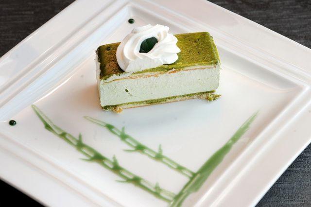 fetta di tiramisù al tè verde sul piatto