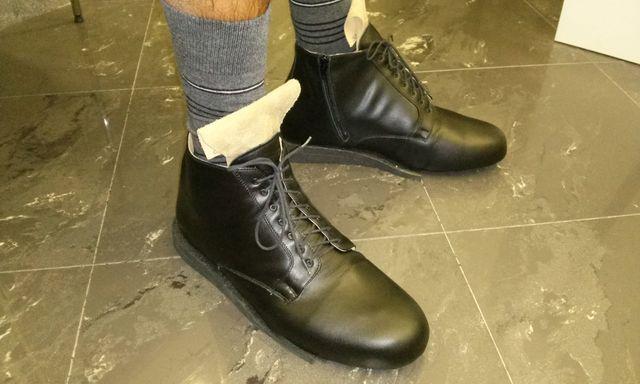 f9e8143b0abd7f persona con addosso un paio di scarpe