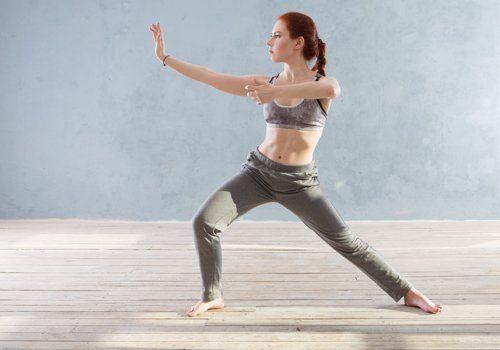 una donna durante un esercizio di tai chi