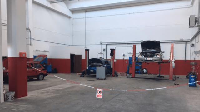 autofficina con autorizzazione solo autorizzati e macchine in riparazione