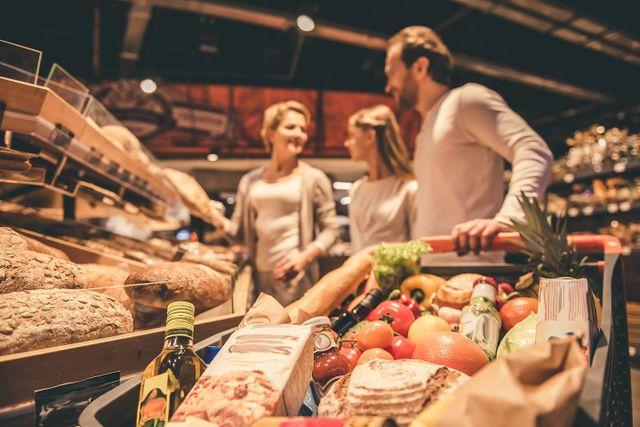 Una famiglia nel reparto panetteria di un supermercato