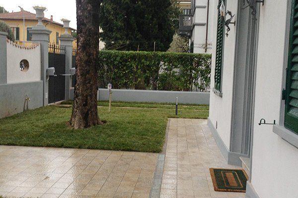 giardino di una casa con un albero