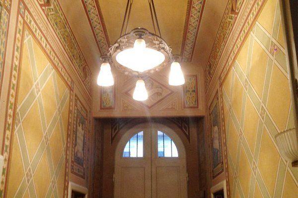 interno di una casa con un lampadario da soffitto e delle  piastrelle arancioni e a mosaico