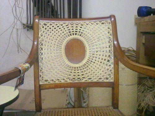 Vista dello schienale di una sedia impagliata
