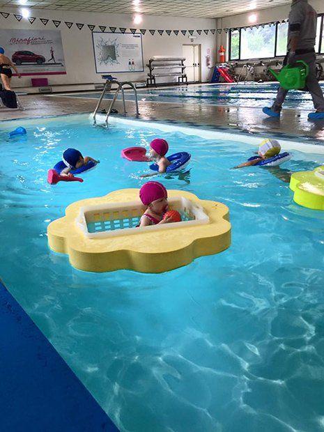 Bambini divertendosi in piscina a Torino
