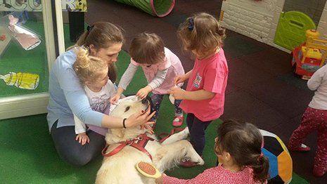 Bambini imparando pet education dall'istrutrice a Torino