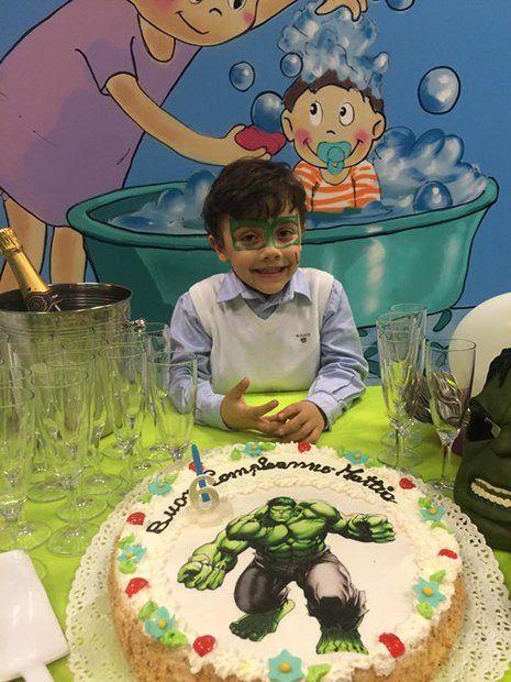 Bambino con la torta del suo compleanno a Torino