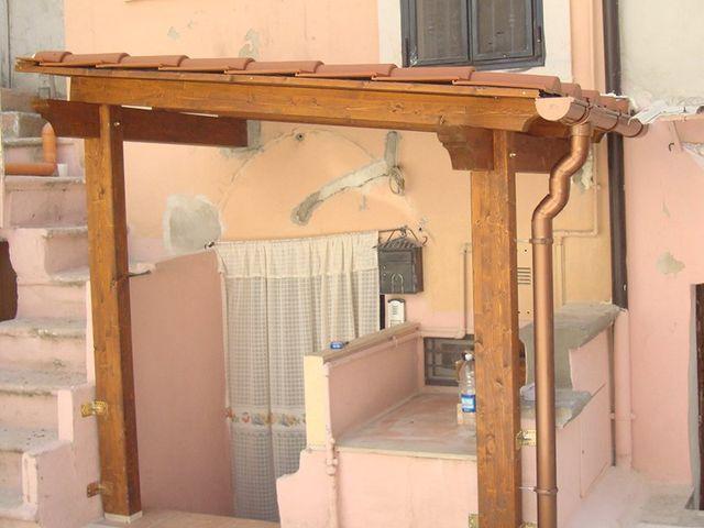 una tettoia di legno