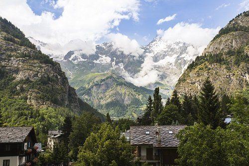 Vista delle ville tra le montagne