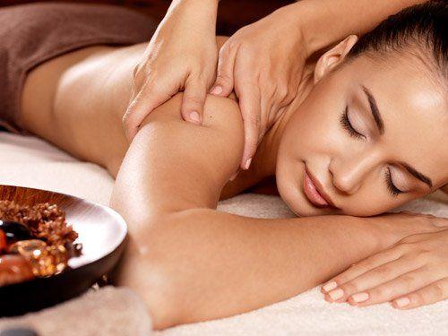 massaggio della spalla di una ragazza