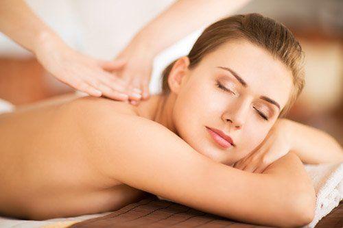 massaggio alla schiena di una ragazza