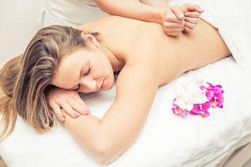 massaggio su una ragazza sdraiata