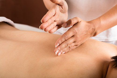 massaggio Shiatsu su una schiena