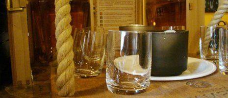 due bicchieri, una pentola nera e sulla sinistra una corda
