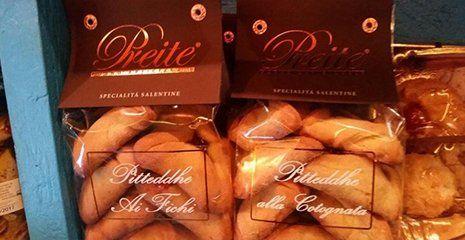 due confezioni di biscotti, specialità salentine