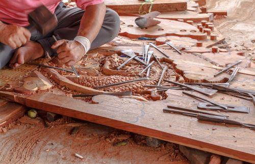 un uomo che lavora una tavola di legno