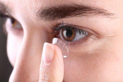 Ponendo una lente di contatto