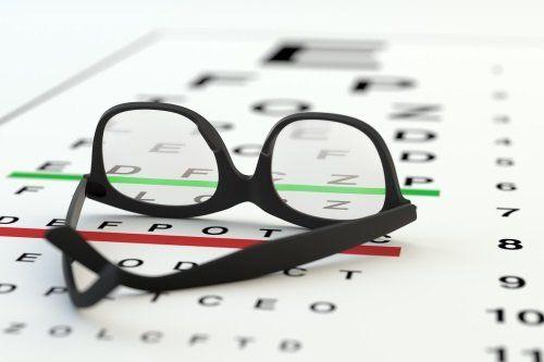 Occhiali sul cartello di test oculare