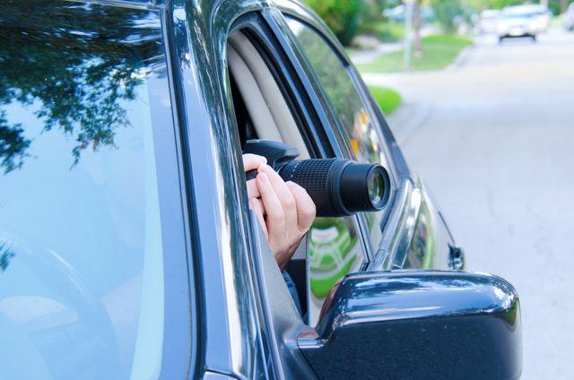 mani di una persona che scattas una foto dall 'auto