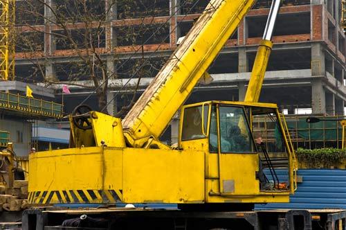 Sollevamento macchinari al lavoro nel cantiere di Magnani snc a Gazzada Schianno
